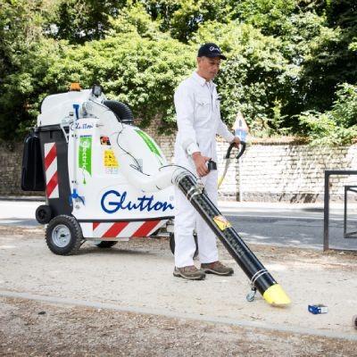 Strassenfeger mit Abfallsauger